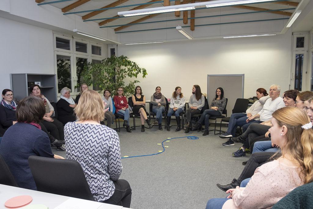 Große Kursgruppe im Sesselkreis