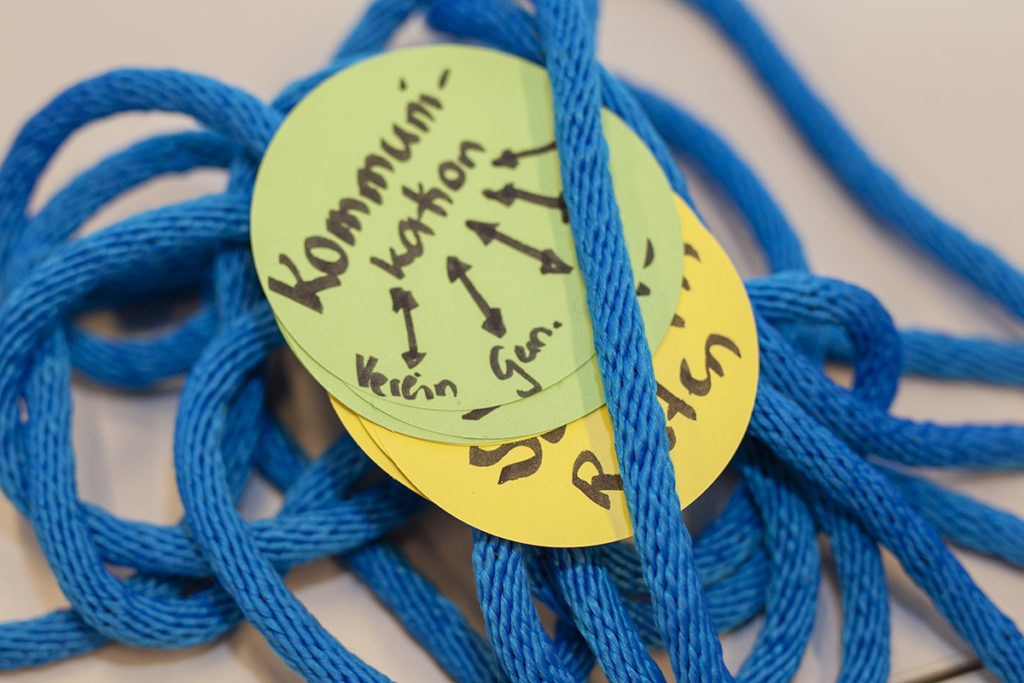 Blaue Seile und darauf liegen Moderationskarten