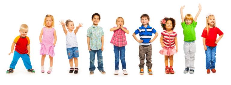 Gruppe von neun Kindern stehen nebeneinander und haben Spaß