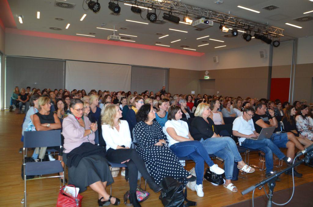 Festsaal mit mehr als 100 TeilnehmerInnen