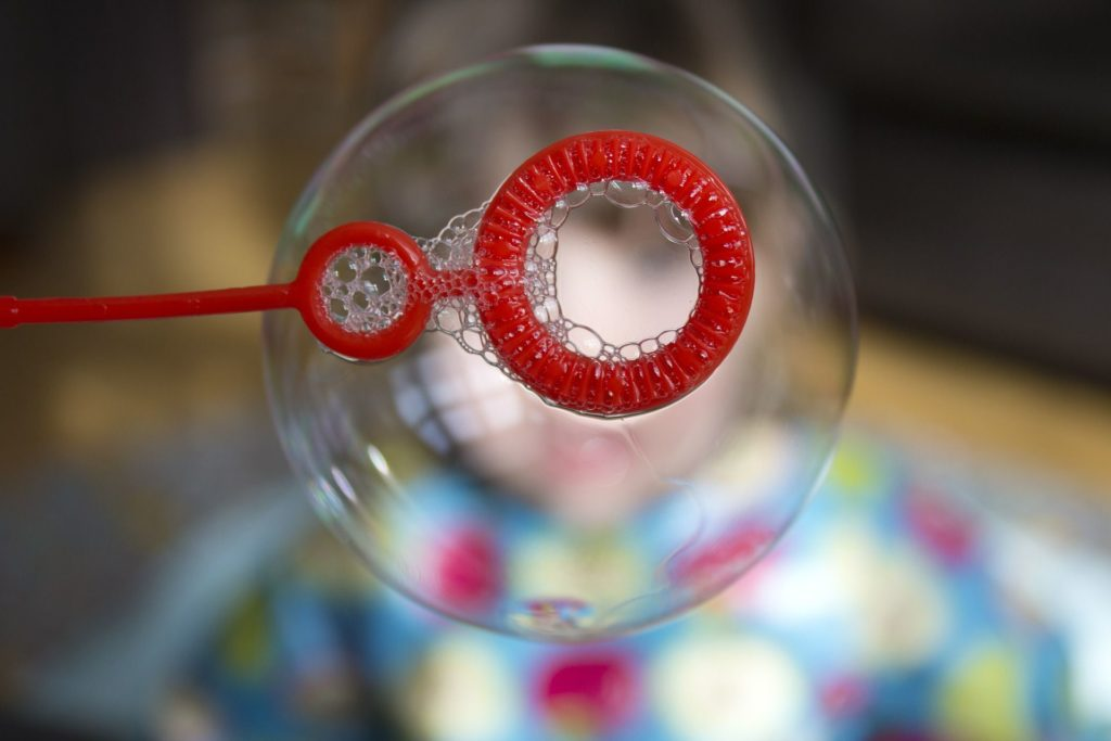 Kinder leiben Seifenblasen.