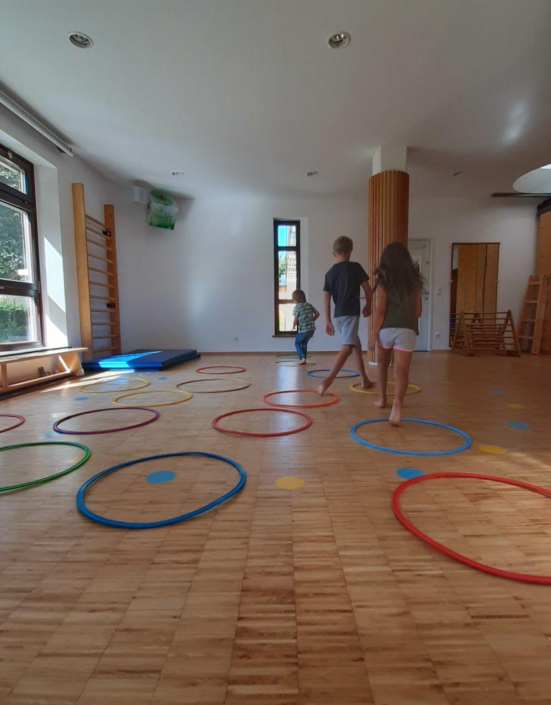 Verschiedenste Bewegungsspiele wurden bei der Ferienbetreuung beim Kibus durch die Tagesmütter umgesetzt.