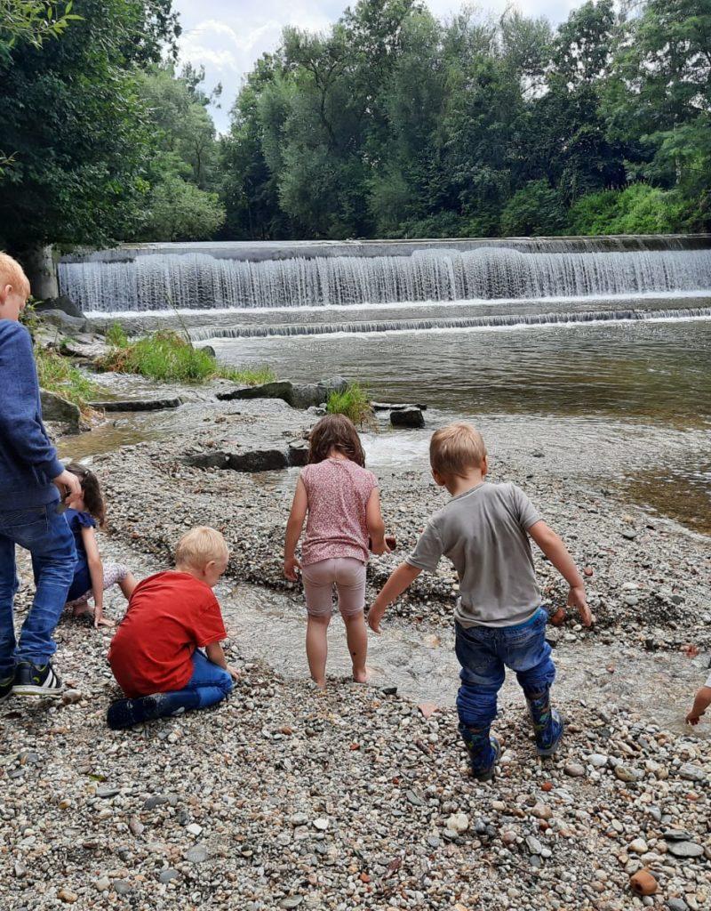Wasser übt immer eine Faszination auf Kinder aus.